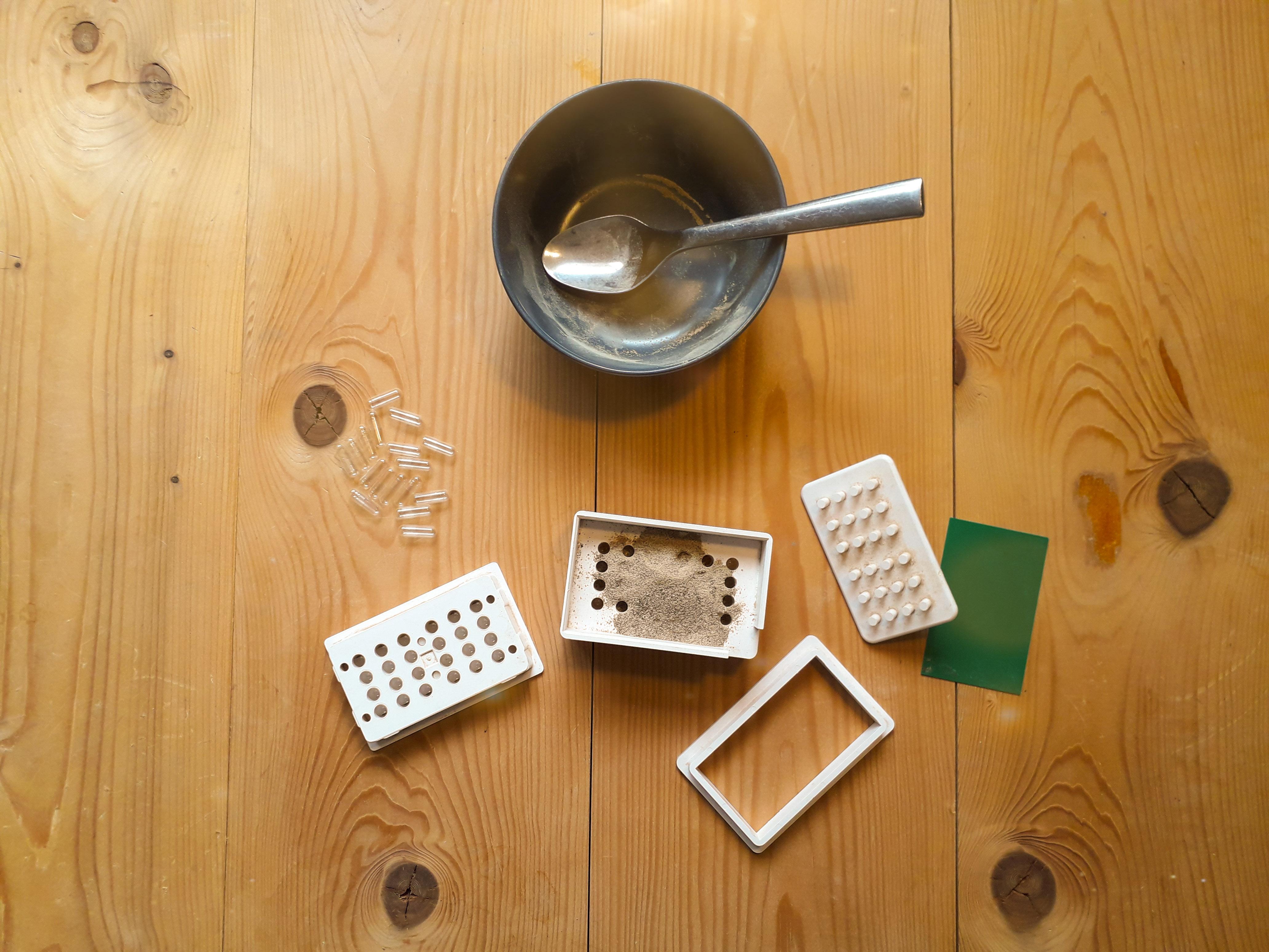 Voorbeeld van het vullen van capsules met poeder van magische truffels.